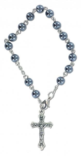 Armband mit Perlen und Kreuz aus Metall