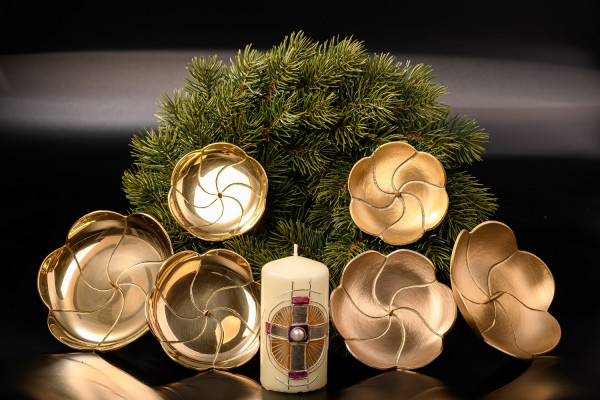 Adventskranzteller aus Messing im Lotus-Design