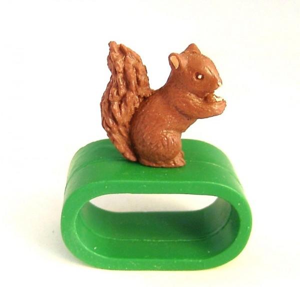 Serviettenring grün mit Eichhörnchen Sammelfigur aus Plastik