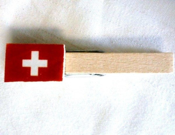 Holzklammer mit Flagge Schweiz, Holzapplikation