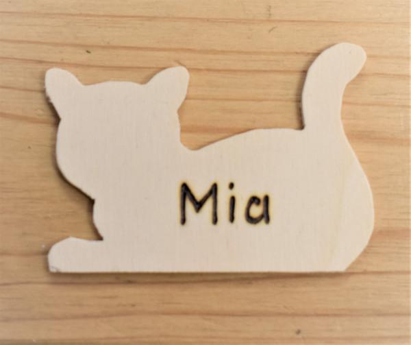 Namensschild Katze liegend, aus Sperrholz 7x5cm, mit Wunschbeschriftung