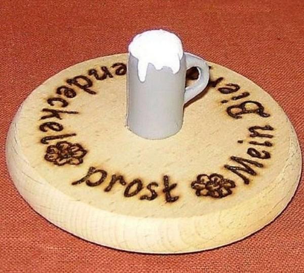 Bierdeckel aus Holz mit Spruch und Maßkrug Plastik grau