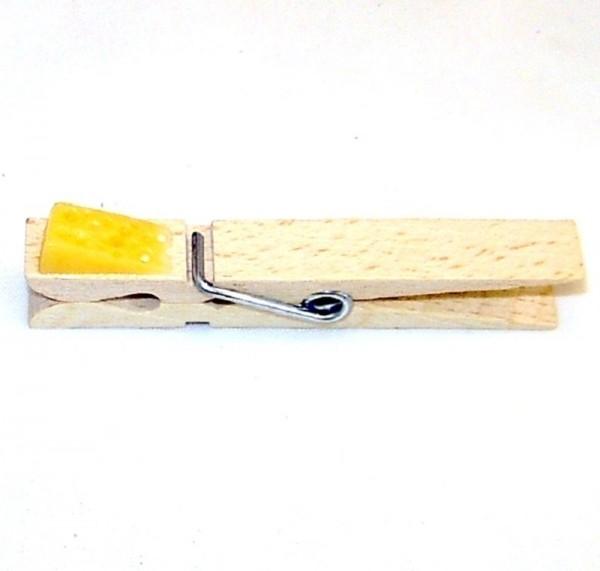 Holzklammer mit Applikation Käse aus Kunststoff
