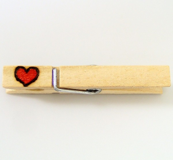 Holzklammer mit Motiv Herz, rot, einseitig